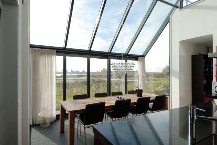 De glazen aanbouw aan deze nieuwbouwwoning, biedt niet alleen veel ruimte, maar vooral heel veel licht in de eetkamer.