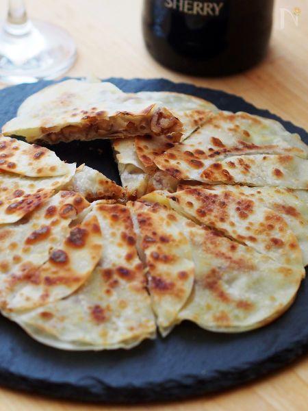 餃子の皮を使って、包まないで作るパリパリおつまみ。スライスチーズ・クルミ・味噌の黄金コンビをサンドして、フライパンでパリッと焼いちゃいます♪