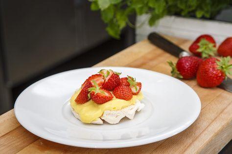 Minipavlova med jordbær og vaniljekrem