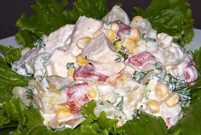 Zeleninový salát s kuřecím masem a ananasem. Exotická kombinace.