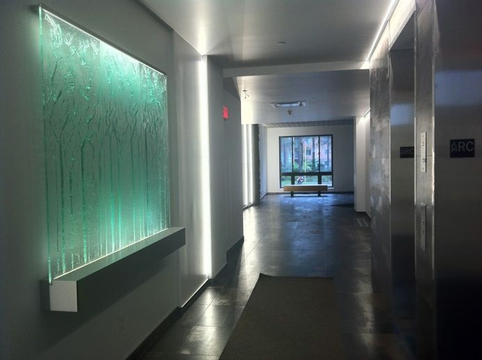 projets commerciaux verre fusion par Jean Bélanger artiste verrier /thermoformage Québec, Montréal comptoirs d'acceuils, lobby.