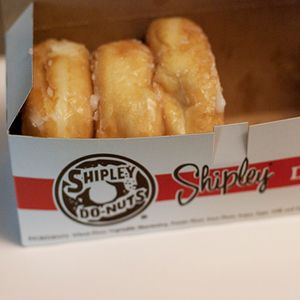 Oh my word!  One of the things I miss most about San Antonio (besides my family and Taco Cabana!): HOT Shipley dougnuts!