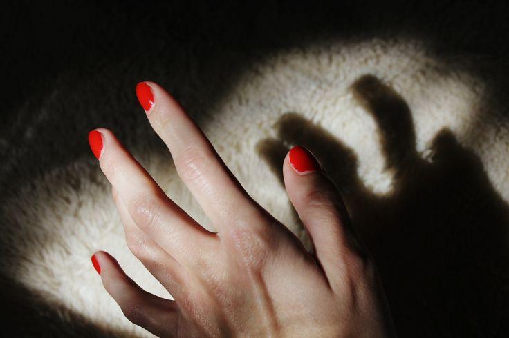 #woman #girl #red #nails #toes #женщина #девушка #пальцы #руки #ноги #кисть #запястье #красный #лак #фото #photo #feel #morning #sun #canon #чувство #утро #свет #light #love #любовь #тень #shadow