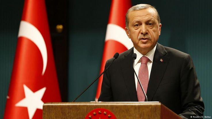 """Türkei: Erdogan verhängt dreimonatigen Ausnahmezustand Mehr als 8500 Festnahmen, zehntausende Entlassungen im Staatsdienst: Der türkische Präsident Erdogan zerlegt das Land in seine Einzelteile. Der dreimonatige Ausnahmezustand soll die """"Säuberung"""" beschleunigen."""