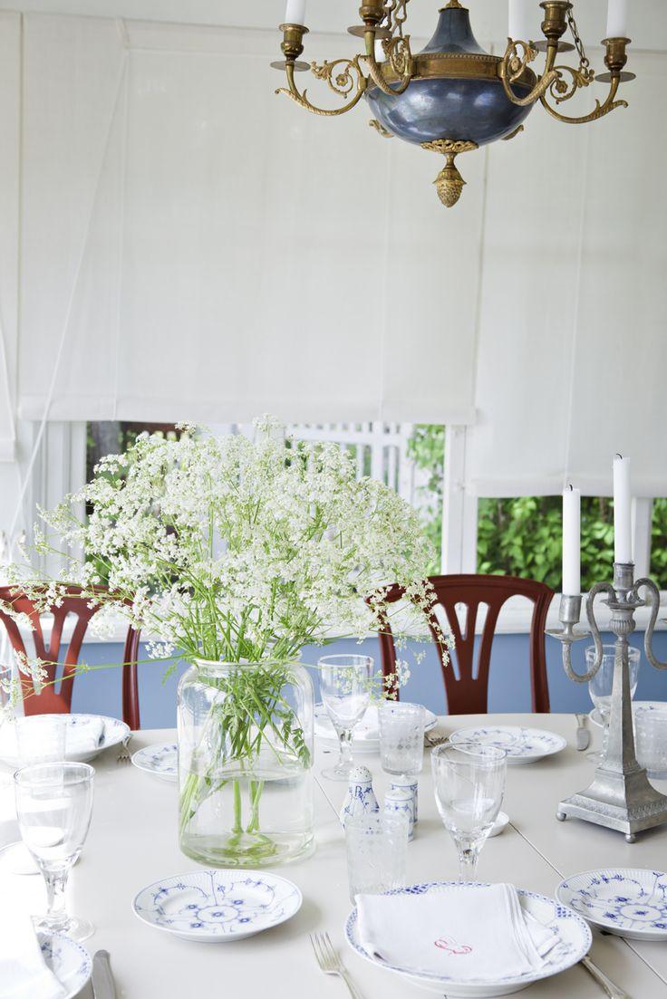 Bordet är dukat med ärvda 1700-talsglas och porslinet är Musselmalet från Royal Copenhagen.
