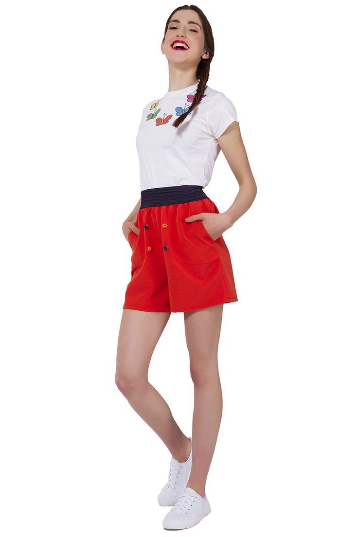 <span>Pantaloncini con cinta elastica in vita color arancio</span><span>in viscosa e poliestere con tasche foderate e bottocini colorati. Il capo indispensabile, ideale da indossare sia in un outfit sportivo con una t-shirt, sia in un look elegante, magari con una giacca lunga e una blusa bianca.</span>