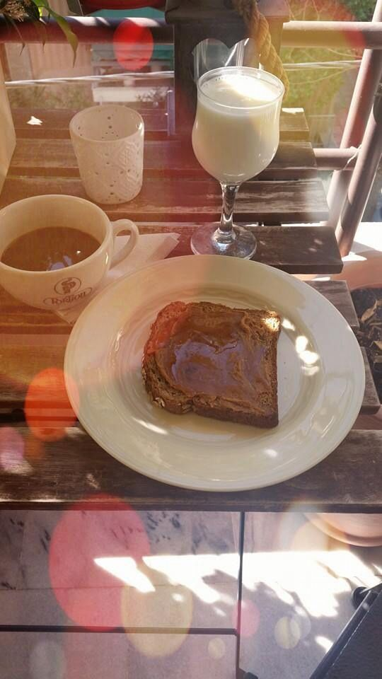 Ψωμί ολικής με φυστικοβούτυρο και μέλι με γάλα