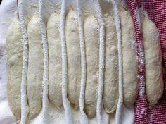 Här kommer recept på de där baguetterna jag var så entusiastisk över tidigare. Själva degen är det inget särskilt med, det är surdeg, mjöl, ...