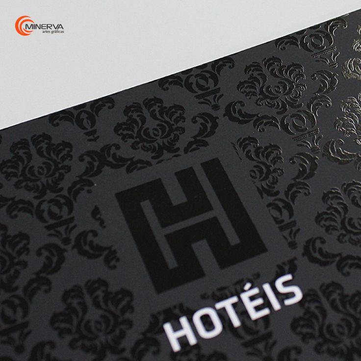 A cor preta combina na perfeição com vários tipos de acabamentos. Neste caso, o verniz e alto relevo transmitem sofisticação, luxo e exclusividade, essenciais para captar a atenção de um público diferenciado.