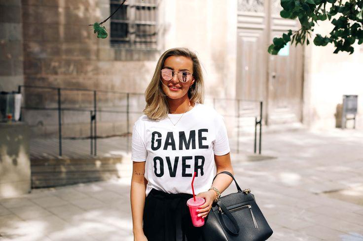 · Sightseeing time-out in the park · T-shirt: Mango Pants & Sandals: Zara Sunnies: Carolina Lemkeh Watch: Michael Kors Bag: Céline Jeg lengter tilbake til Barcelona hver eneste dag. Det er så rart, for det er bare en uke siden jeg kom hjem, men likevel føles det så uendelig lenge siden allerede. Det er nesten skummelt …