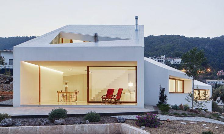 Esta es la mejor vivienda unifamiliar del mundo, y está en España. Ha sido desarrollada por OHLAB, se llama Casa MM, y está formada por cuatro 'cajas'  que son capaces de girar, sobre su propio eje, hacia una orientación mejor. Se ha construido en Palma de Mallorca, y no te dejará indiferente.