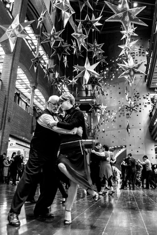 Międzynarodowy Dzień Tanga Argentyńskiego uczczony w postaci flashmoba w Starym Browarze, Poznań, 11 XII 2012 [fot. Prochaina]