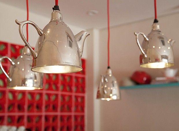 As luminárias de bule, compradas durante uma viagem, deixam o espaço ainda mais charmoso (Foto: Cezar Kirizawa )