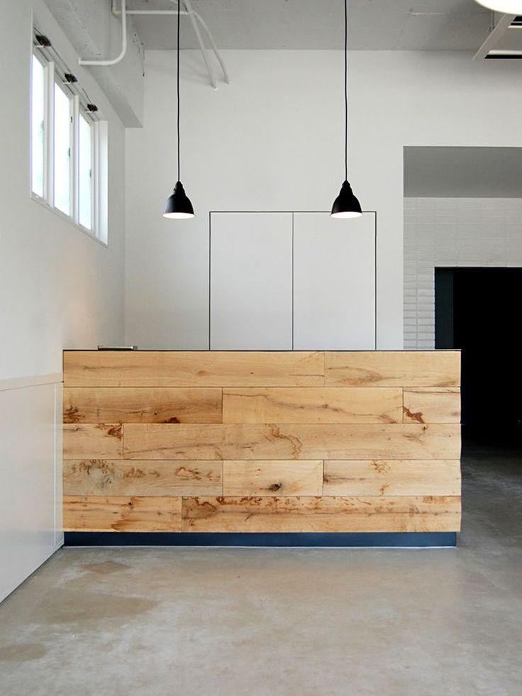 Balcão de recepção de madeira