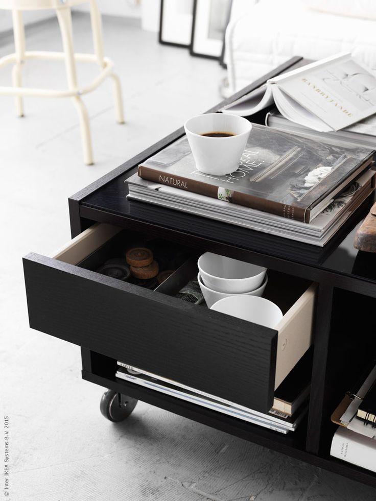 Soffbordet BOKSEL fixar fin förvaring inom räckhåll och rullas enkelt undan. Mobila inredningslösningar är en bra utgångspunkt i det yteffektiva hemmet. I lådan, de vita skålarna ur IKEA 365+ serien som fungerar som stilrena kaffemuggar. Den industriella pallen RÅSKOG i beige nyans bryter av snyggt mot den svartvita inredningen.