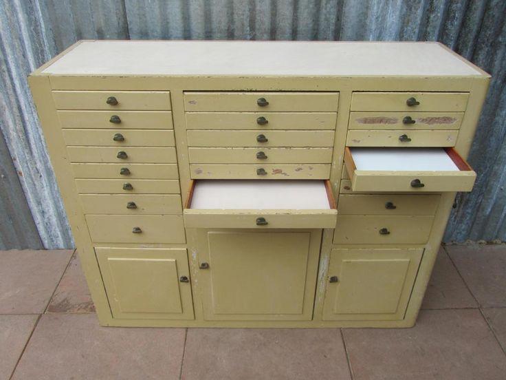 Zelfzame stoere houten Tandartskast / Instrtumentenkast uit de 20/30 jaren. Deze industriele vintage kast heeft veel laatjes en deurtjes, ideaal om een hoop spulletjes of verzamelingen in op te...