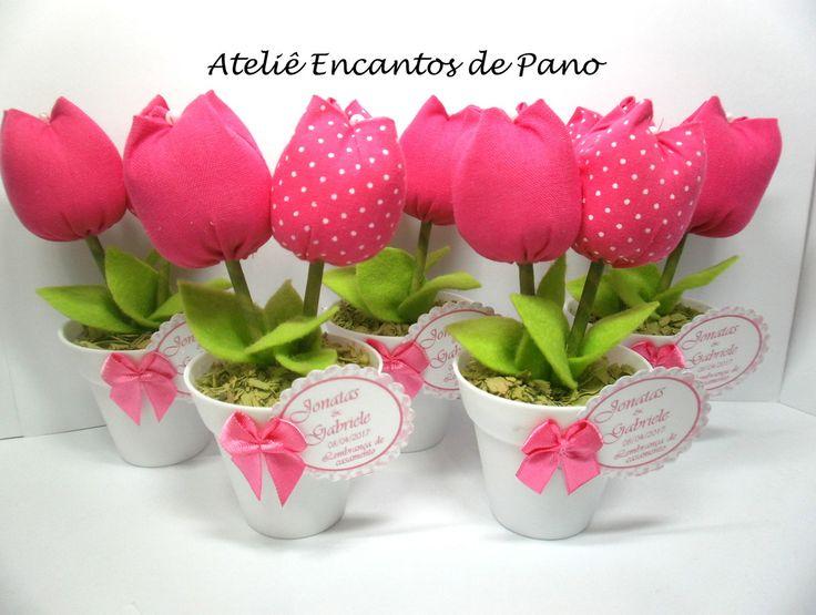 Mini vaso com delicadas tulipas , ideal para lembrancinhas de 15 anos, chá de bebê, bodas de casamento e aniversário.  Quantidade mínima 20 unidades.  Acompanha tag de agradecimento e embalagem como cortesia.