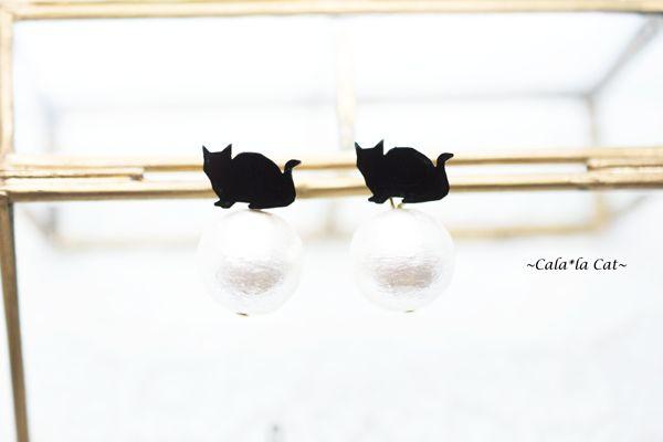 ハンドメイドマーケット+minne(ミンネ)|+2wayコットンパール玉乗りお座り猫ちゃんピアス(金属アレルギー対応+14kgfピアスに変更可)