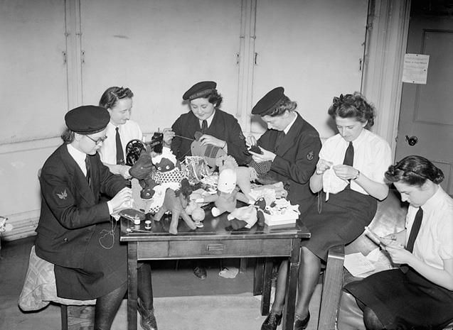 wrens women The women's royal naval service (wrns) was the first branch in the armed forces and royal navy made up solely of women and is officially known as the wrens the wrens was first formed during the first world war in 1917 and standard jobs included cook, clerk, weapons analyst and range assessor.