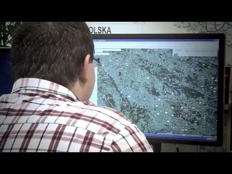 """Setki, tysiące połączeń... Każdego dnia po sieci kolejowej w Polsce przemieszcza się wiele pociągów.  Nad sprawnym i bezpiecznym przepływem ruchu czuwa dyspozytor. Jak wygląda przeciętny dzień pracy dyspozytora, z jakich systemów korzysta wypełniając swoje obowiązki, i co stanowi największe wyzwanie w tej pracy? Tego wszystkiego dowiecie się z """"pierwszej ręki"""". Czasem potrafi być gorąco ;)."""