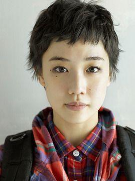 蒼井優:初の超短髪をCMで披露 黒髪バッサリ少年のよう