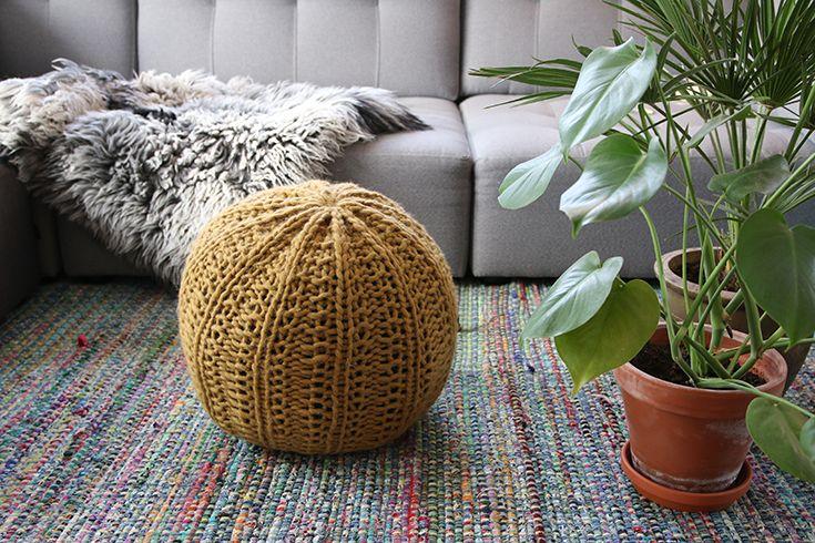 En stor sittepuff som alle kan klare å strikke. VI har brukt vært spesialproduserte interiørgarn, som er forsterket så det skal passe til å lage møbler.