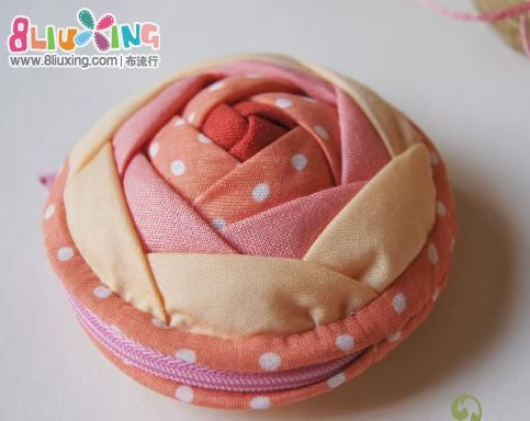 picture tutorial for this cute zipper bag and pin cushion