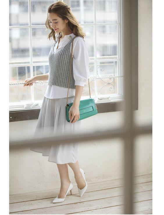 ブラウスにグレーのキャミソールをONでオフィススタイル♡秋冬ファッションにも使えるキャミソールコーデ♡