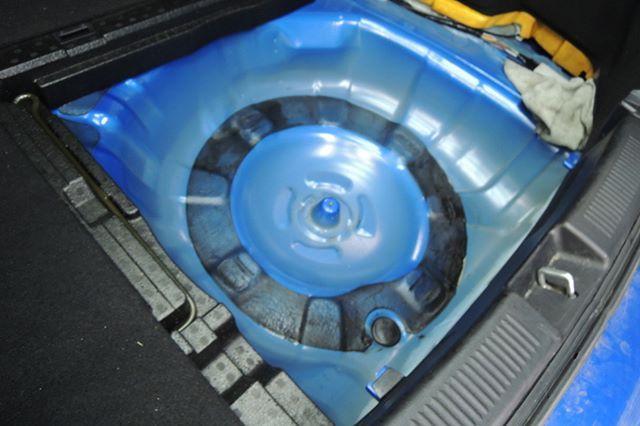 スバル・インプレッサ ポリタンクに入った灯油をこぼしてしまったしまったとのご依頼でした。  部位はスペアータイヤが入ってい...