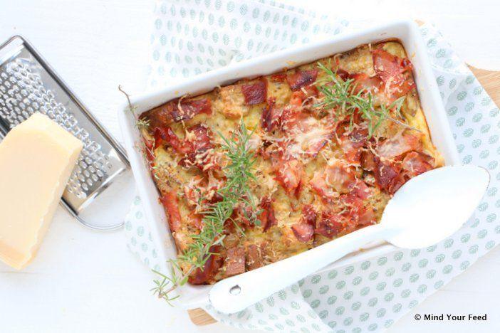 Zin in een hartige broodpudding? Deze versie van 'strata' maakte ik met bacon en parmezaan. Makkelijk recept voor ontbijt of lunch.
