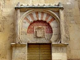 El arco de la puerta de San Miguel de la Mezquita de Córdoba tiene totalmente la misma forma que la letra omega (Ω).