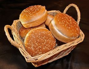 Bułki do hamburgerów : Składniki na bułki do hamburgerów: 500g mąki pszennej 10 g świeżych drożdży 250 ml ciepłego mleka 1 jajko 4 łyżki mleka w proszku 2 łyżki oliwy 1 łyżeczka. Przepis na Bułki do hamburgerów