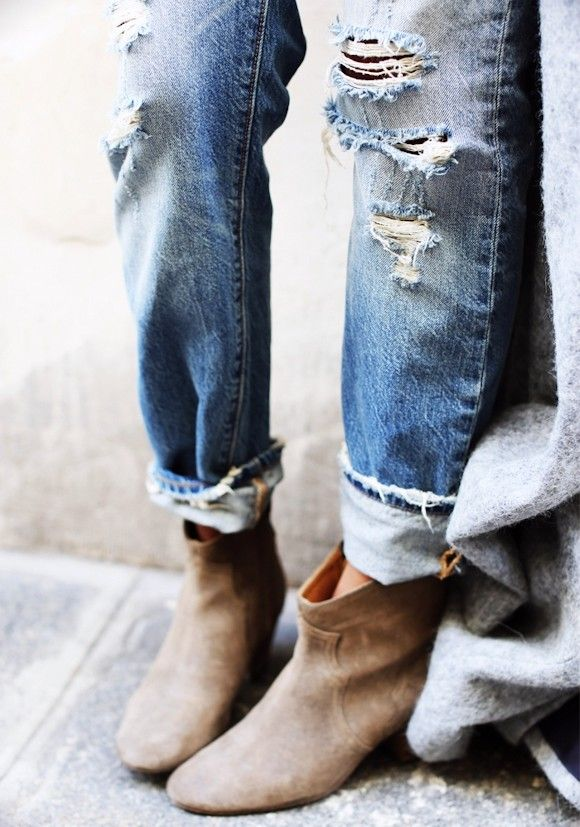 Porter un jean boyfriend avec des bottines en daim
