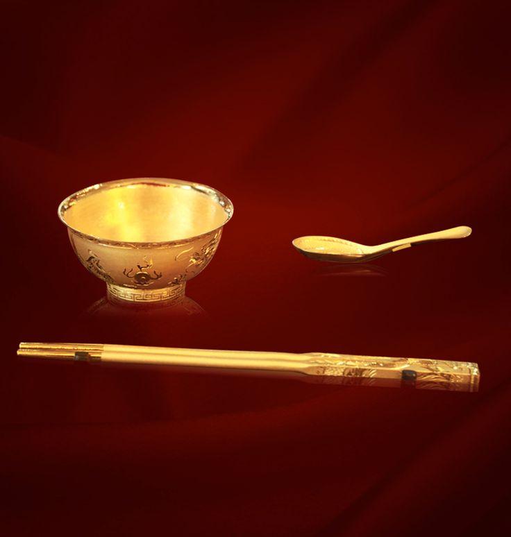 現今的筷子種類五花八門,除竹筷及木筷,還有像牙筷、膠筷或以金屬所做成的金筷、銅筷、銀筷,要數中國當今最矜貴兼具歷史價值的筷子,便是慈禧太后曾使用過的御箸—翡翠鑲金箸、金鑲漢玉箸。現在不少外國人更為品嚐中國菜而專門學習用筷子,可見這件具三千年曆史、由人手概念伸延出來的餐具,在國際舞台所佔的地位。
