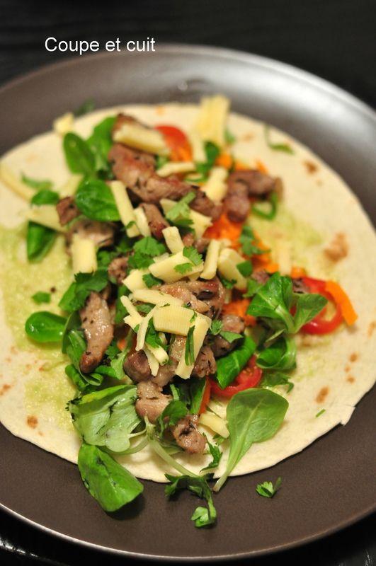 Tortillas au porc grillé, guacamole, fromage et crudités
