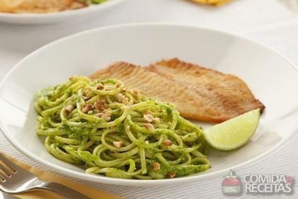 Receita de Baveti ao pesto de cheiro verde com tilápia grelhada em Massas, veja essa e outras receitas aqui!