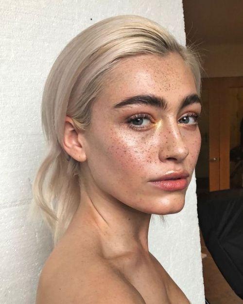 Tägliches Make-up mit Innenecken-Highlight, großen, buschigen Brauen und taufr…
