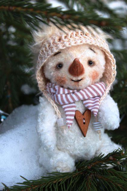 Купить или заказать Снеговичок лесной тедди в интернет-магазине на Ярмарке Мастеров. Веселый снеговик сшит из вискозы, тонирован пастелью и масляной краской. Наполнитель - опилки и металлический гранулят. Стеклянные глазки. Выкройка Н. Суворовой. Шплинтовые крепления ручки ножки и голова поворачиваются. Шапка связан вручную.