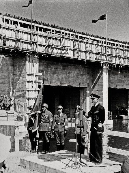 Feierliche Einweihung:  Der Befehlshaber der deutschen U-Boote, Admiral Karl...