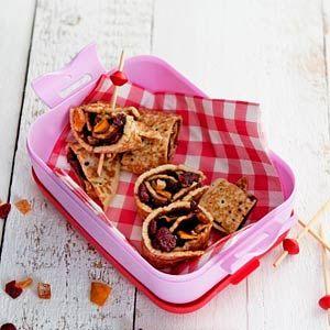 Recept - Pannenkoekrolletje met appelstroop en gedroogd fruit - Allerhande