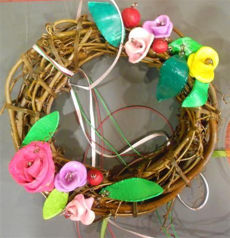 στεφάνι λυγαριάς με πολύχρωμα λουλούδια από πηλό, κορδέλες και χάντρες