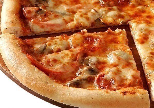 Куриная пицца (без муки!) 🔸на 100грамм - 109.85 ккал🔸Б/Ж/У - 18.52/2.14/3.46🔸  Ингредиенты: 500 г куриного филе 1 большая луковица  2 зубчика чеснока 1 перчик чили 50 г нежирного сыра 2-3 ст. л. томатной пасты 1/3 пучка петрушки сушеного базилика, острая паприка, черный перец, соль  Приготовление: Филе, лук и чеснок измельчить с помощью мясорубки или кухонного процессора, блендера. Добавить соль и перец по вкусу, тщательно перемешать, убрать в холодильник на 2 часа. Зелень нарезать, сыр…