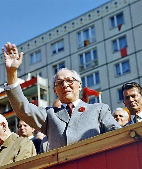 Eine Nelke im Knopfloch, hoheitsvolles Winken. 1986 lässt sich Erich Honecker am 1. Mai feiern. Ein Jahr später wurde er einstimmig vom Zentralkomitee als SED-General bestätigt | Foto: dpa Picture-Alliance