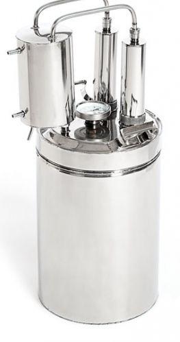 Технические характеристики       Объём:  Масса:      Высота от пола:  Производительность:  Охладитель:  Материал:   Диаметр трубок:  Размер коробки: 12/20 литров - оптимален для кухни 3,5/4 кг. 570/700 мм. до 1,5 литров в час двухконтурный жаропрочная немацкая сталь марки 1,4845, соответствующая стандарту DIN 8мм. - защищены от забивания 430/290/350 мм.