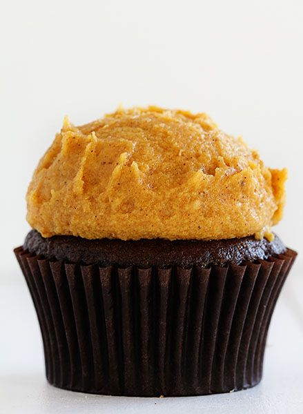 Chocolate and pumpkin spice buttercream? Yes please! These cupcakes from @iambaker look like the perfect fall dessert.