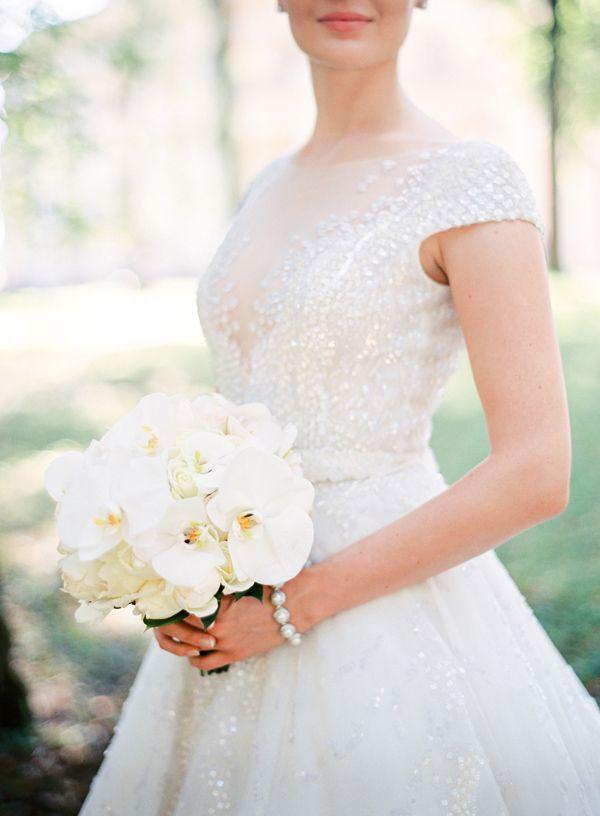 Расшитое свадебное платье. Орхидеи. Пионы. Фотограф: Максим Колибердин