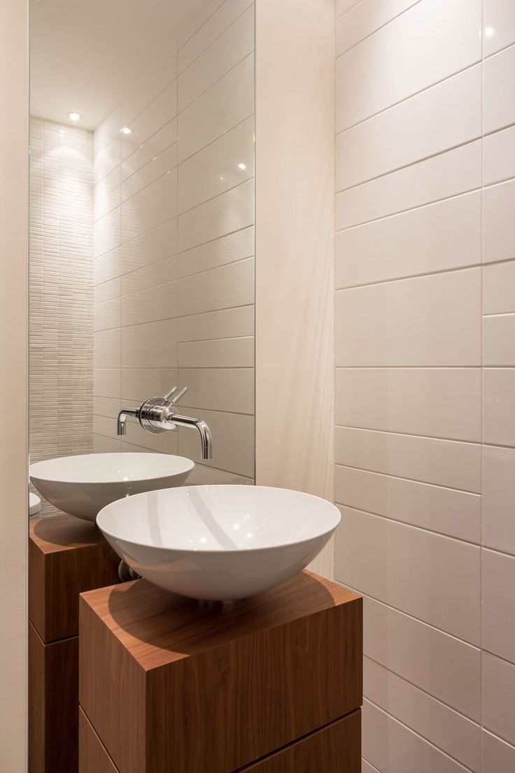 hoge spiegel, houten meubel, witte brede tegels - toilet idee
