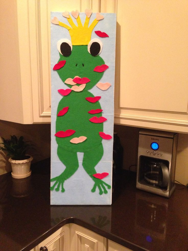 Pin-the-kiss-on-the-frog game for preschool Valentine's Day party! Made of felt (and mounted on a thick foam board) - so all the kisses stick easily.
