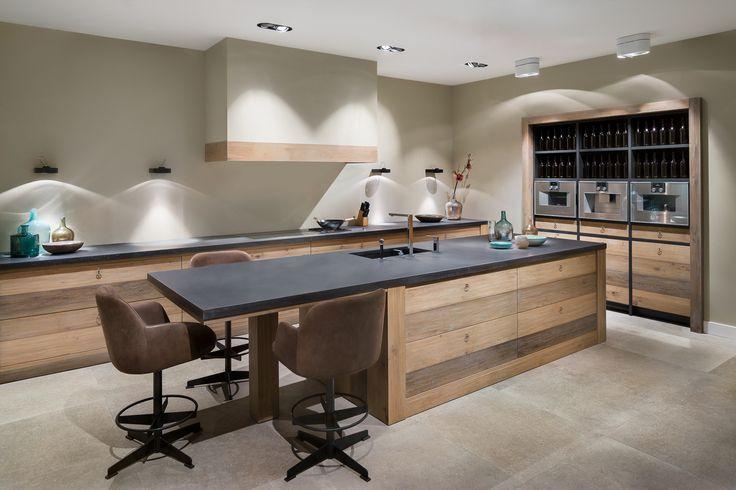 Een robuust eikenhouten blok met betonnen werkblad: deze eenvoudige basis zorgt voor een karaktervolle keuken zonder overbodige franje.