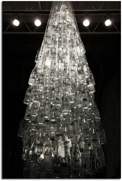 Árbol de navidad realizado con botellas de vidrio recicladas